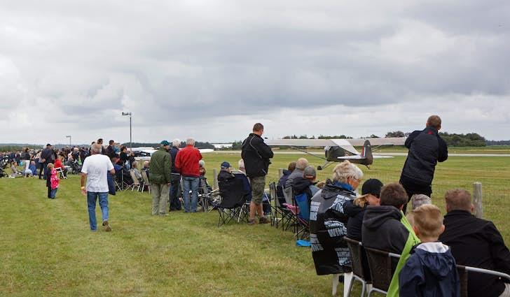 Publikum langs startbanen ved flyopvisning - Vestjyllands Lufthavn i Stauning