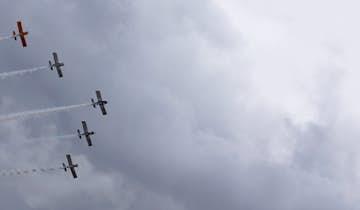 Propelfly flyver i formation på himlen - Vestjyllands Lufthavn i Stauning